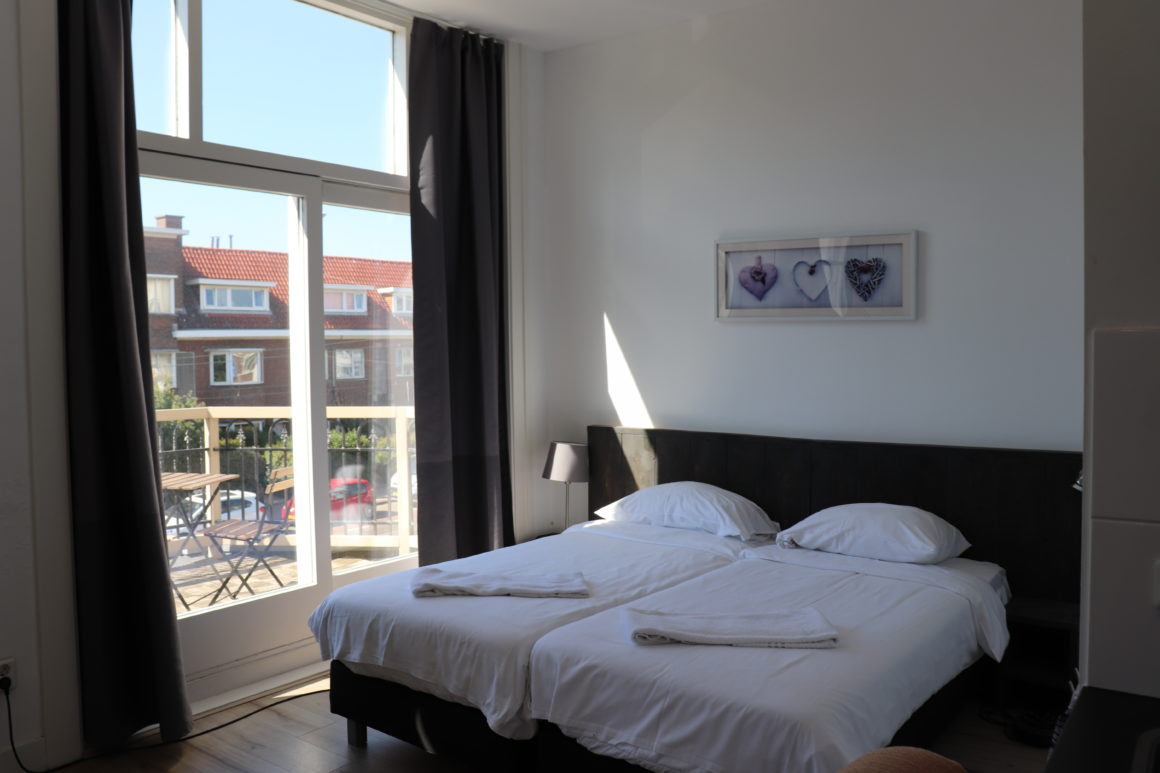 Short Stay Studio Apartment with Balcony #10